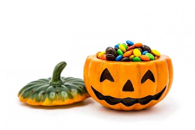 Balde de jack o lanterna de halloween, cheio de chocolate colorido