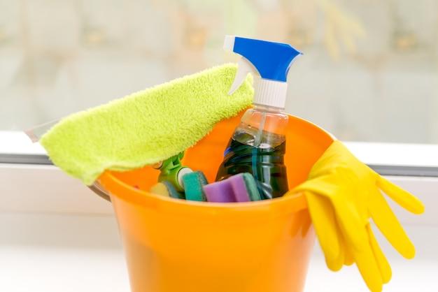 Balde de limpeza, acessórios e produtos de limpeza