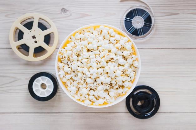 Balde de pipoca e filmes