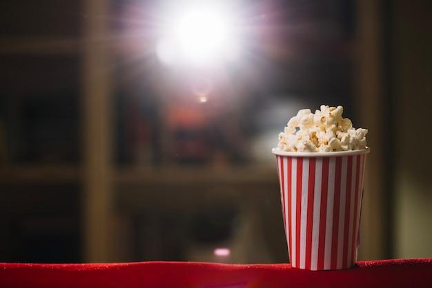 Balde de pipoca listrado em cinema