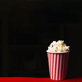 Balde de pipoca no cinema