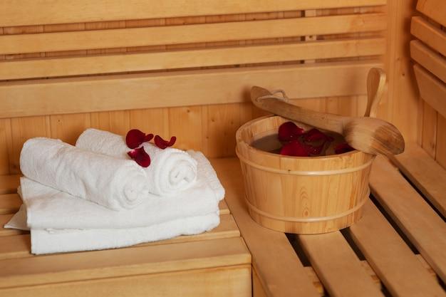 Balde de sauna com pétalas de rosa
