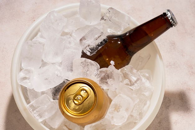 Balde de vista superior com cubos de gelo e cerveja