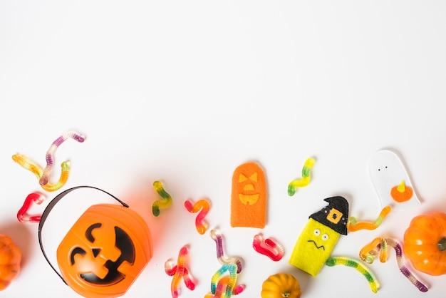 Balde em meio a minhocas de gelatina e brinquedos