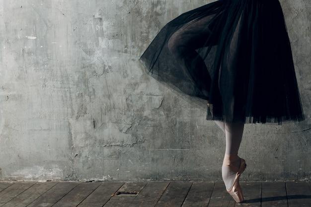 Balé moderno, ótimo design para qualquer finalidade. bailarina de bailarina. treinamento de equilíbrio. estilo de coreografia clássica. bailarina linda dançarina. música clássica. estilo de balé elegante.
