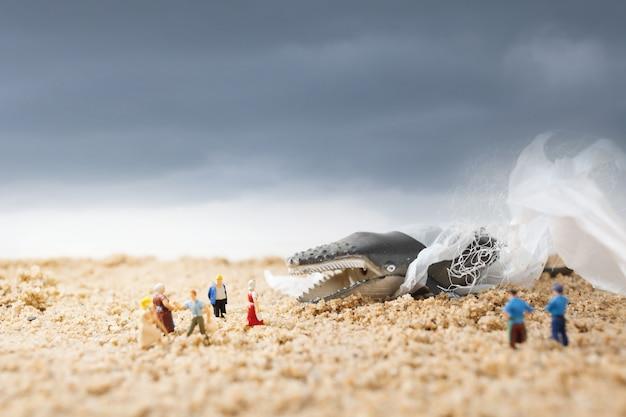 Baleia morta na praia. ambientalismo e conceito de conscientização plástica