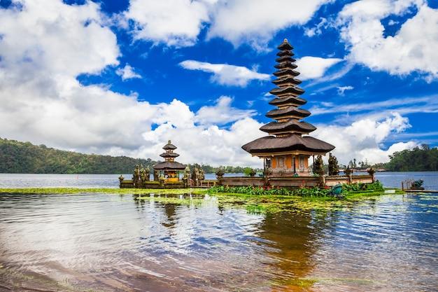 Bali espiritual. templo de ulun danu no lago bratan.