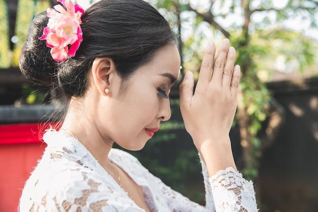 Bali mulher rezando templo em pequenos santuários em casas