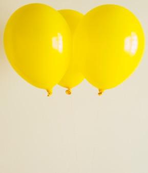 Balões amarelos brilhantes com espaço de cópia
