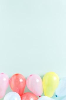 Balões coloridos diferentes pastel azul copyspace plana vista superior leigos