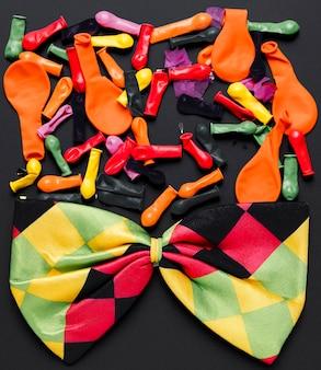 Balões coloridos e gravata borboleta colorida