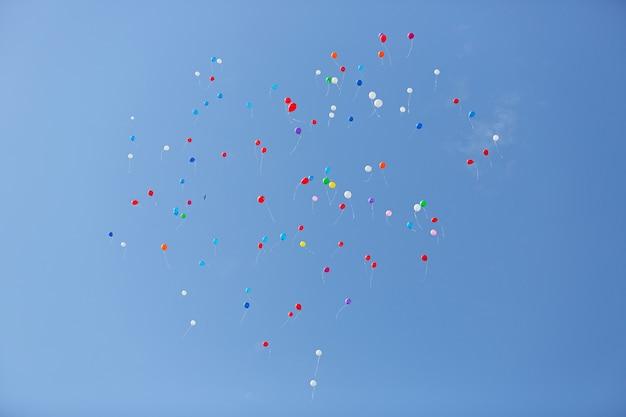Balões coloridos em forma de coração no céu