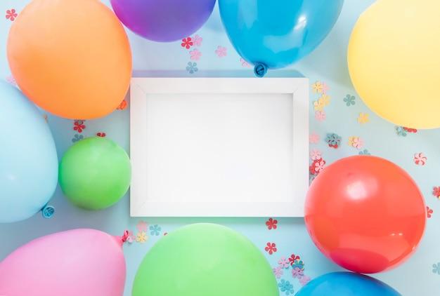 Balões coloridos em torno do quadro vazio