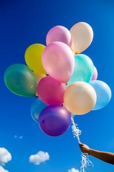 Balões coloridos feitos com um efeito de filtro retro do instagram. conceito de feliz aniversário no verão