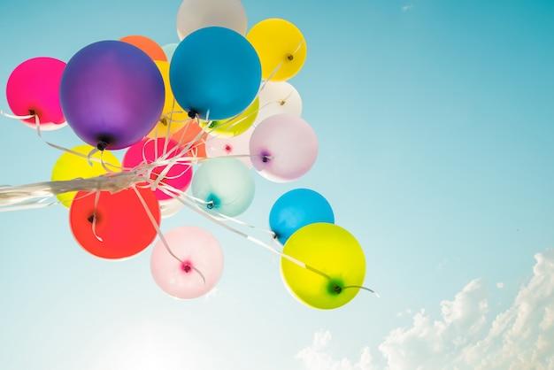 Balões coloridos feitos com um efeito de filtro retrô instagram.