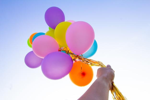 Balões coloridos feitos com um retro em backgroud writh