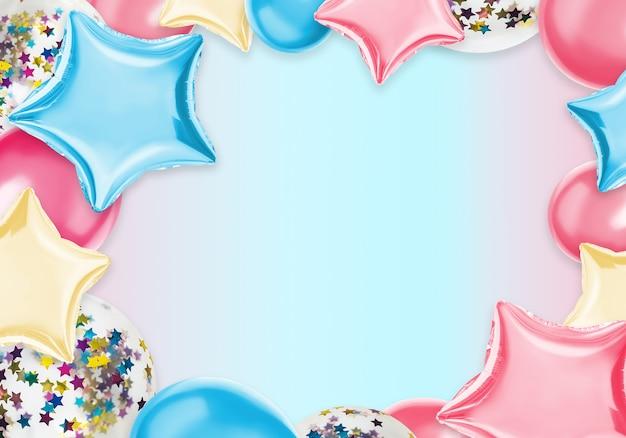 Balões coloridos isolados em uma cor pastel