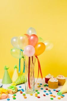 Balões coloridos na mesa
