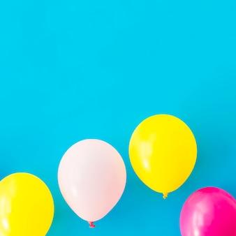 Balões coloridos sobre fundo azul