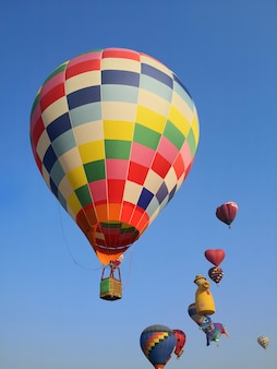Balões coloridos voando no céu azul