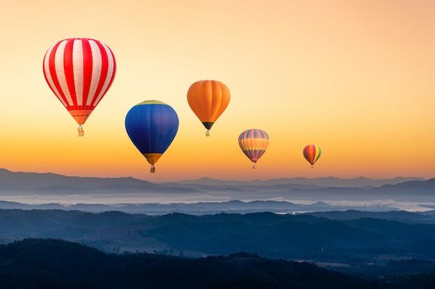 Balões coloridos voando sobre a montanha