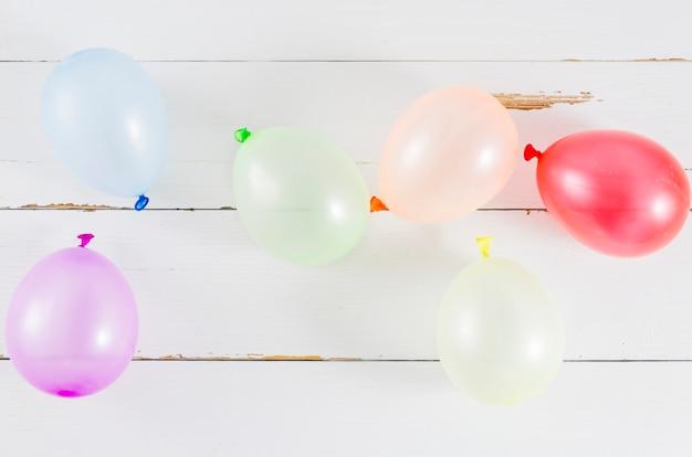 Balões com as cores da bandeira do orgulho