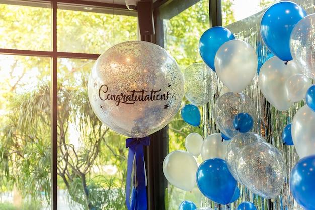 Balões com palavra felicitações na decoração do ballon no restaurante.