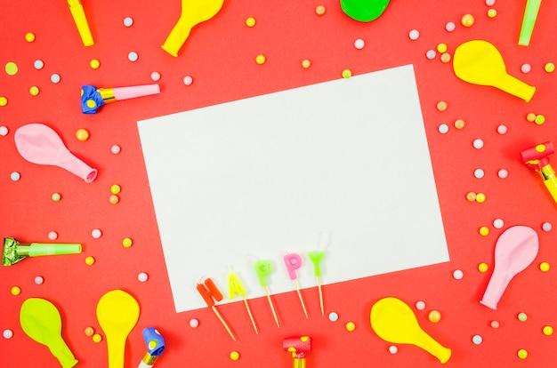 Balões de aniversário coloridos com uma folha de papel