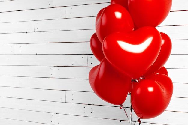 Balões de ar. bando de coração vermelho em forma de balões de alumínio