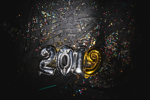 Balões de ar de forma 2019 em tecido escuro