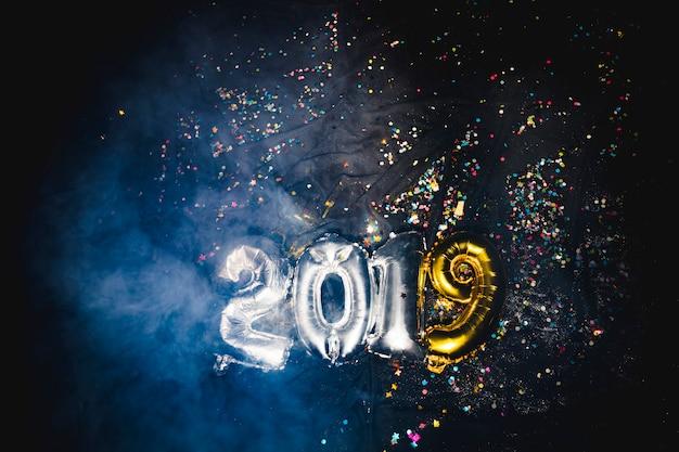 Balões de ar de forma de 2019 em fumaça