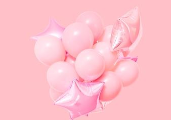 Balões de ar-de-rosa aniversário no fundo rosa com maquete