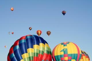 Balões de ar quente colorido subindo