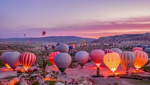 Balões de ar quente coloridos antes do lançamento no parque nacional de goreme, cappadocia, turquia