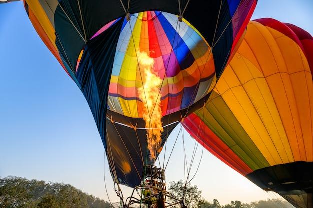Balões de ar quente coloridos com a queima de um inflável
