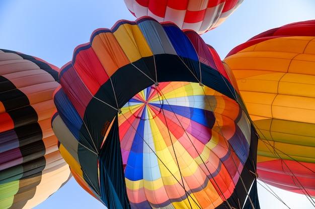 Balões de ar quente coloridos com inflamação de um inflável