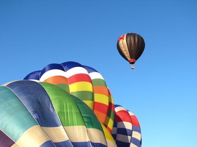 Balões de ar quente coloridos contra o céu azul.