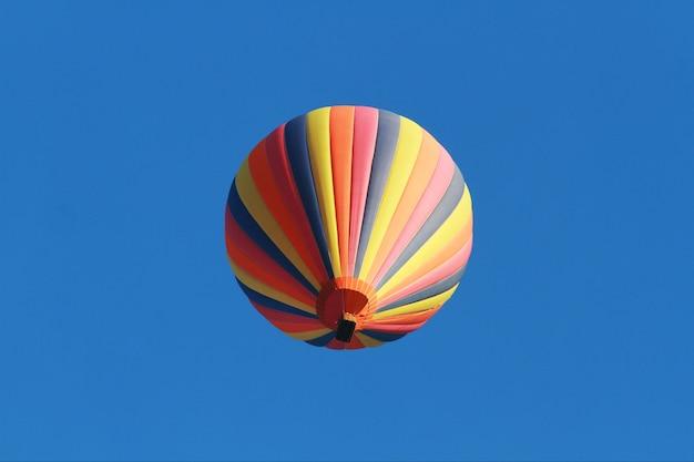 Balões de ar quente coloridos contra um céu azul claro