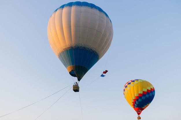 Balões de ar quente coloridos flutuando no céu