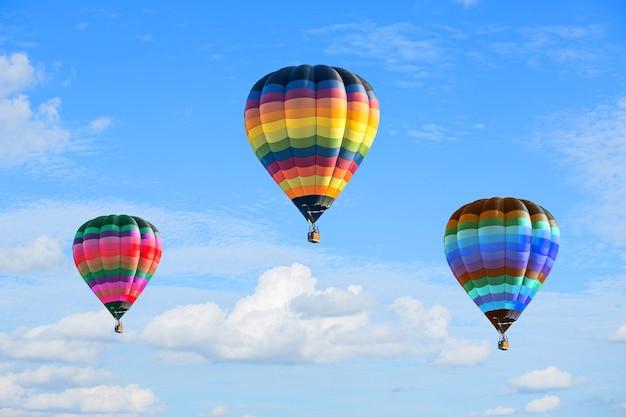 Balões de ar quente coloridos no céu azul