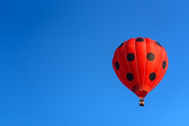 Balões de ar quente coloridos voando no céu azul