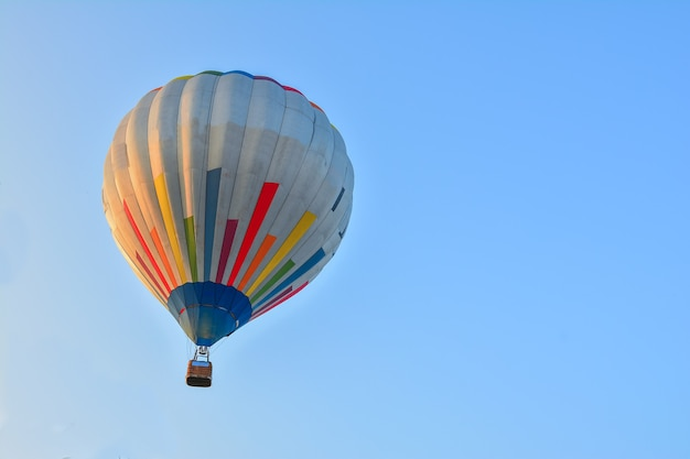 Balões de ar quente coloridos voando sobre o céu azul