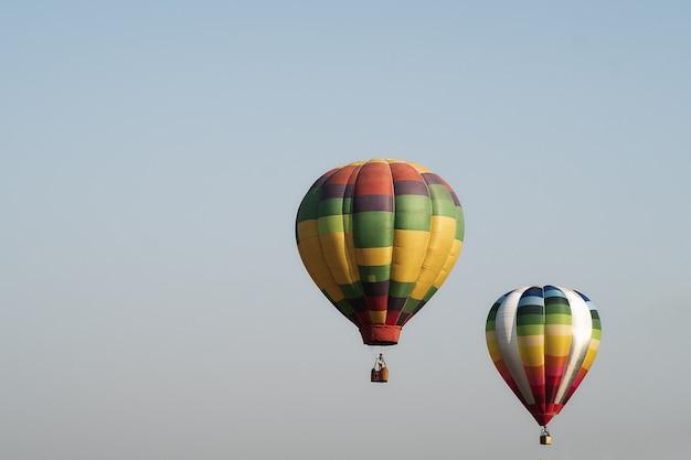 Balões de ar quente no fundo do céu