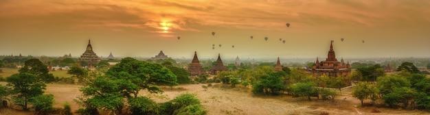 Balões de ar quente sobre pagodas campo bagan, myanmar