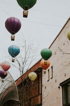 Balões de ar quente suspensos para decoração urbana