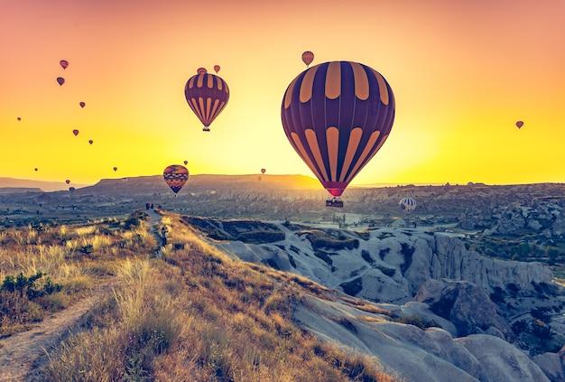 Balões de ar quente voando sobre a espetacular capadócia