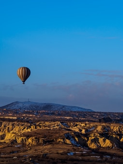 Balões de ar quente voando sobre a montanha na capadócia goreme national park turquia