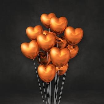 Balões de cobre em formato de coração amontoados em uma parede preta