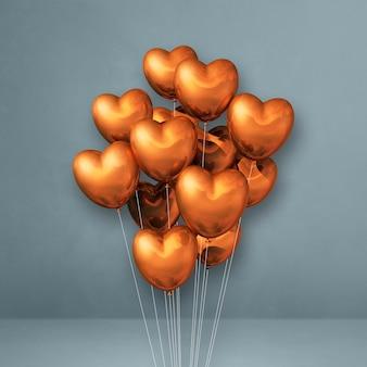 Balões de cobre em formato de coração amontoados em uma superfície cinza
