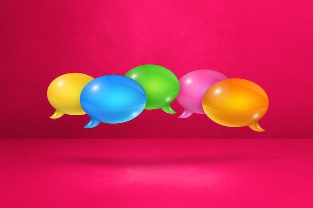 Balões de fala multicoloridos 3d isolados em fundo rosa